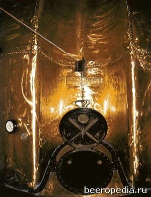Этот великолепный викторианский медный сусловарочный котел теперь красуется в небольшом музее пивоваренного завода Young's