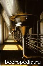Бродильные чаны пивоваренного завода Budvar: именно длительному периоду дображивания здешнее пиво обязано своим богатым ароматически-вкусовым букетом