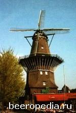 Амстердамская пивоварня 'tIJ занимает помещение бывшей ветряной мельницы прямо на берегу канала. Ее название -каламбур, непонятный людям, не владеющим нидерландским языком. Буквы IJ читаются точно так же, как и нидерландское слово, означающее «яйцо», -это обыгрывается и в названиях пивных марок