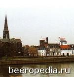 По правую руку от Господа... Пивоварня De Bidder на берегу реки Маас расположена рядом с церковью, которая молчаливо благословляет ее пшеничное пиво